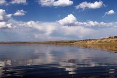 Niebo odbijający w wodzie, opustoszały plażowy jezioro, lata niebo, natura, błękit chmura, Obraz Royalty Free
