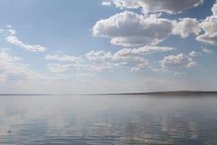 Niebo odbijający w wodzie, opustoszały plażowy jezioro, lata niebo, natura, błękit chmura, Zdjęcie Royalty Free