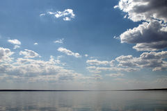 Niebo odbijający w wodzie, opustoszały plażowy jezioro, lata niebo, natura, błękit chmura, Zdjęcia Royalty Free