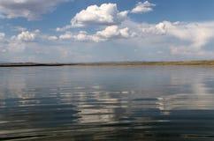 Niebo odbijający w wodzie, opustoszały plażowy jezioro, lata niebo, natura, błękit chmura, Obrazy Royalty Free