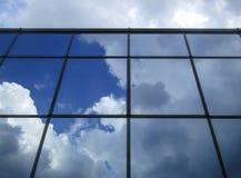 Niebo odzwierciedlający w okno obrazy stock