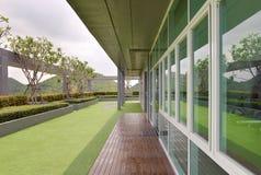 Niebo ogród na dachu kondominium z białym niebem Obraz Royalty Free