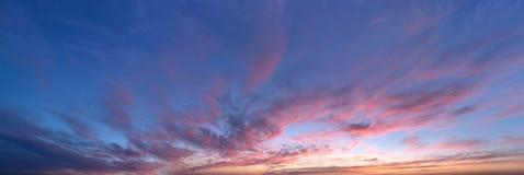 Niebo panorama, zmierzch z chmurami Zdjęcia Royalty Free