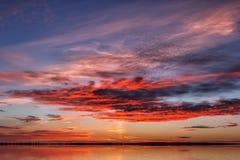 niebo piękny zmierzch Mroczne dramatyczne czerwieni chmury Zdjęcie Stock