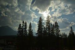 Niebo przy jeziorną Louise wioską w Kanada Zdjęcie Stock