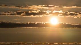 Niebo przy zmierzchem z horyzontalnymi chmurami i jaskrawym słońca jaśnieniem fotografia stock