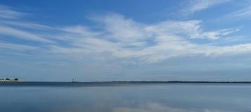 Niebo w chmurach nad jezioro obraz stock