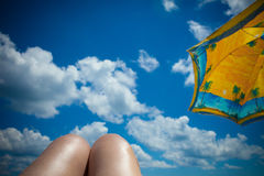 Niebo z chmurami i parasolem Fotografia Royalty Free
