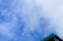 Niebo z chmurami i ptakiem Zdjęcia Royalty Free