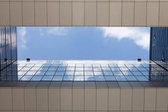 Niebo z chmurami, Niemcy, Kolonia, żurawia dom obrazy stock