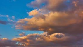 Niebo z chmurami przy zmierzchem zdjęcie wideo