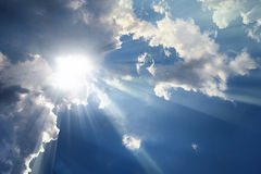 Niebo z chmurami - sunbeams Zdjęcia Stock