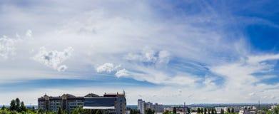 Niebo z chmury pierzastej chmurą przeciw tłu miasto Fotografia Royalty Free