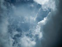 Niebo z ciemnymi chmurami przed grzmot burzą Zdjęcie Stock