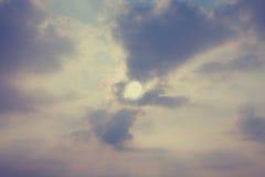 Niebo z cumulus chmurami i jaskrawym słońca zbliżeniem Obraz Stock