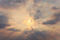 Niebo z cumulus chmurami i słońcem Zdjęcie Stock