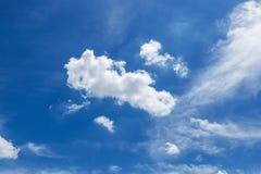 Niebo z popołudniowymi chmurami Obrazy Royalty Free