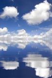 niebo zachmurzone odzwierciedla wody Obrazy Royalty Free