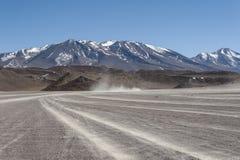 Niebrukowana droga w Altiplano Siloli pustynia, część Reserva Eduardo Avaroa, Boliwia - przy wysokością 4600m Fotografia Stock