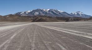 Niebrukowana droga w Altiplano Siloli pustynia, część Reserva Eduardo Avaroa, Boliwia - przy wysokością 4600m Zdjęcie Stock