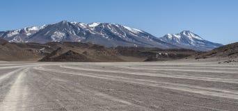 Niebrukowana droga w Altiplano Siloli pustynia, część Reserva Eduardo Avaroa, Boliwia - przy wysokością 4600m Zdjęcie Royalty Free