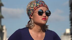 Niecierpliwa kobieta Z okularami przeciwsłonecznymi zbiory wideo