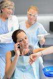Niecierpliwy kobieta pacjent na telefonie przy stomatologiczną kliniką Obrazy Royalty Free