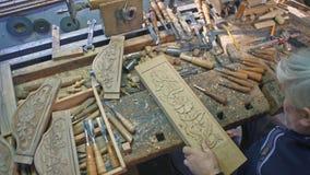 Niecka drewniany carver który rzeźbi zdjęcie wideo