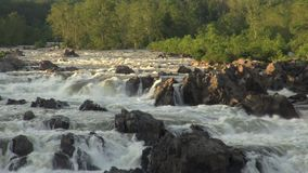Niecka przez Potomac rzekę i skały w wieczór zaświecamy zbiory wideo