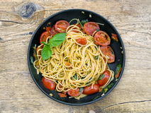 Niecka spaguetti z pomidorami i basilem Zdjęcie Royalty Free