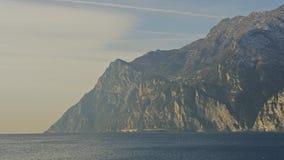 Niecka strzelał północna część Jeziorny Garda, Włochy Strzelający na CZERWONEJ kamerze zdjęcie wideo
