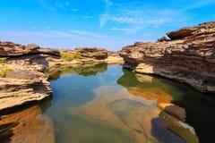 niecka Uroczysty jar, Zadziwiać skała w Mekong rzece, Ubonr Obraz Royalty Free
