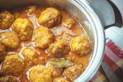 Niecka z mięsnymi piłkami w pomidoru i curry'ego kumberlandzie Obrazy Stock