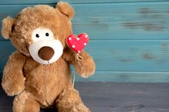 niedźwiadkowy serce Rama dla kartki z pozdrowieniami z ślicznym zabawka niedźwiedziem, sercem i Walentynki karta z przestrzenią d obraz stock
