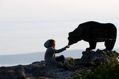 niedźwiadkowa żywieniowa dziewczyna zdjęcia stock