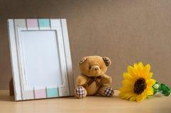 Niedźwiadkowa lala z fotografia słonecznikiem i ramą Fotografia Royalty Free