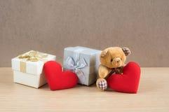 Niedźwiadkowa lala z prezentów pudełkami i czerwonym sercem Zdjęcia Stock
