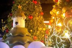 Niedźwiadkowa statua i choinki dekoracja przy świętowaniem bożych narodzeń i nowego roku Obraz Royalty Free