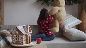 niedźwiadkowego obejmowania siedzący kanapy miś pluszowy kobiety potomstwa zbiory