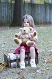 niedźwiadkowej dziewczyny mały miś pluszowy Fotografia Stock