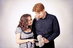 niedźwiadkowej pary szczęśliwy ciężarny fotografia royalty free