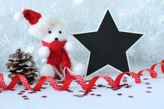 Niedźwiedź polarny jest ubranym kapeluszowego i czerwonego szalika dla przyjęcie gwiazdkowe dekoraci z pustej wiadomości łupkiem zdjęcia royalty free