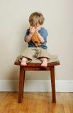 niedźwiedzia cuddles dziecko zdjęcie stock