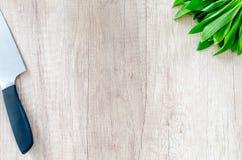 Niedźwiadkowy czosnek na drewnianym stole Zdjęcia Royalty Free