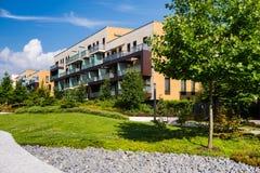 Niedawno budujący blok mieszkalny z zielonym terenem wokoło Zdjęcia Royalty Free