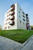 Niedawno budujący blok mieszkanie zdjęcie royalty free