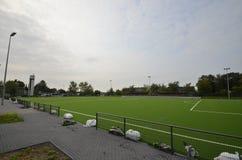 Niedawno kłaść sztuczna murawa, futbolowa smoła na stadionie futbolowym obraz royalty free