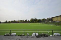 Niedawno kłaść sztuczna murawa, futbolowa smoła na stadionie futbolowym fotografia stock