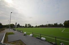 Niedawno kłaść sztuczna murawa, futbolowa smoła na stadionie futbolowym zdjęcie royalty free