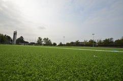 Niedawno kłaść sztuczna murawa, futbolowa smoła na stadionie futbolowym obrazy stock